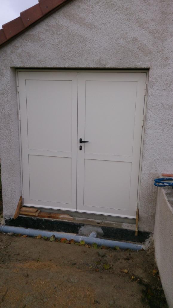 Exemple-porte-de-service-2-vantaux-aluminium-ouverture-extérieure-579x1030 Fabrication et pose de portes de garage à Blois Etienne Bouclet