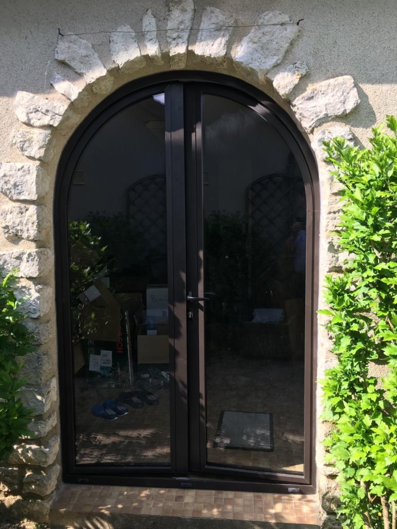 bouclet_12-fenêtres-aluminium_15-portes-entrée-aluminium-cintré-scaled-e1593504266562-773x1030 Portes d'entrées Etienne Bouclet