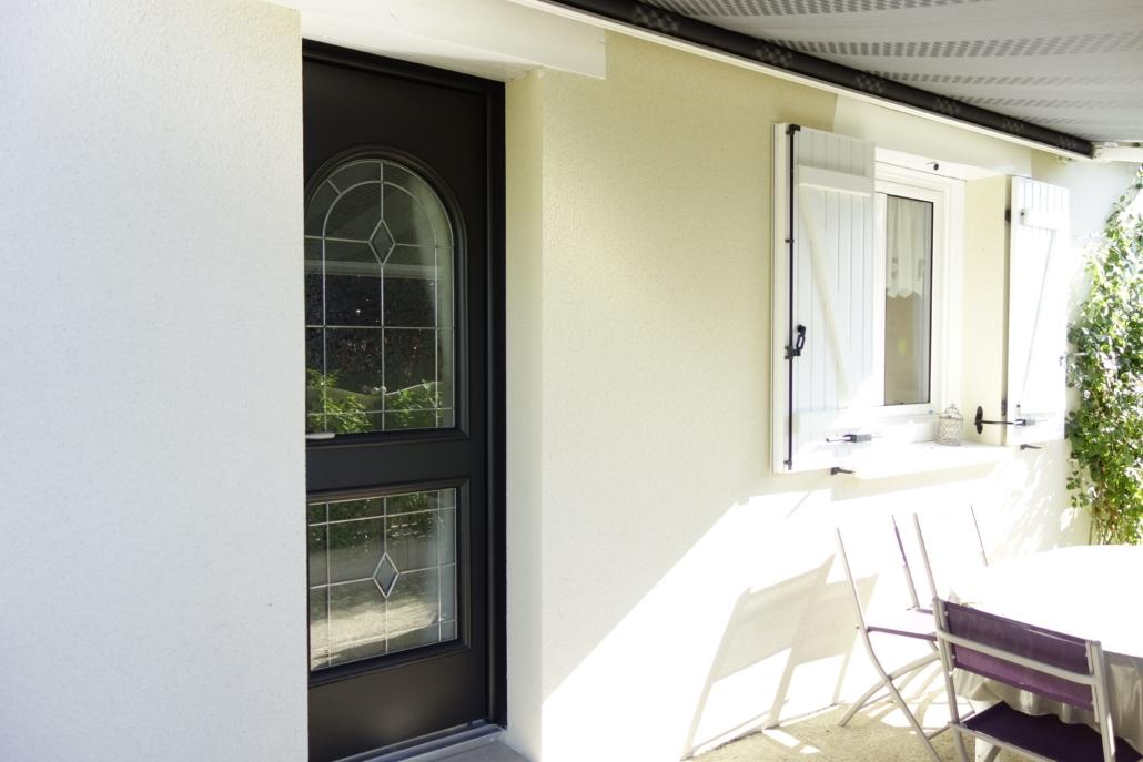 bouclet_15-porte-entrée-aluminium-12-fenêtre-pvc_13-volets-battants-1030x687 Portes d'entrées Etienne Bouclet
