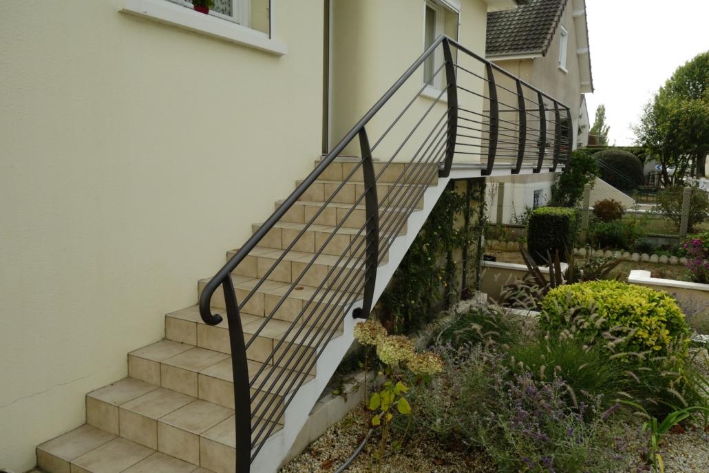 Le client souhaitait remplacer le carrelage sur son balcon. Il en a profité pour changer son garde corps pour moderniser sa façade. L'ensemble donne un escalier léger grâce à l'acier, sécuritaire grâce à la conception du garde-corps et la main courante en continue, esthétique grâce au remplissage et agréable grâce à la finition qui n'a pas besoin d'être repeint. #Garde-corps sur balcon ou terrasse avec rampe sur l'escalier #Fixation sur l'extérieur du balcon pour garder le maximum de place #Garde-corps moderne #Fabrication dans notre atelier #Installation par notre propre équipe de pose #Couleur noir texturé #Aspect léger et esthétique #Sur-mesure #Création en partenariat avec le client pour répondre aux mieux à ses attentes et à ses besoins. #Pour un particulier sur Vendôme #Donne du caractère #Pour particulier ou professionnel