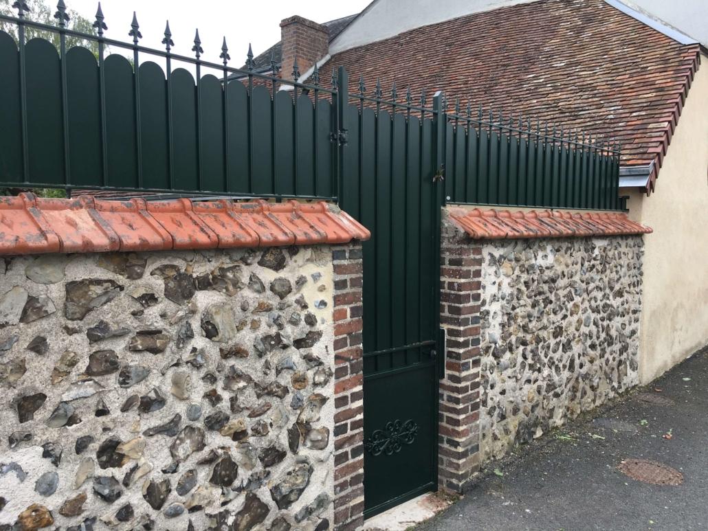 Le client souhaitait remplacer son portillon et avoir une clôture au-dessus de son mur. Nous lui avons proposé un portillon et une clôture en acier avec caches-vues couleur vert mousse. L'installation était délicate à cause des briques sur le mur. Il peut maintenant profiter de son jardin sans être vu de la rue. #Fabrication dans notre atelier #Installation par notre propre équipe de pose #Couleur vert foncé #Sur-mesure #Pour particulier ou professionnel #clôtures #clôturesaveccachesvues