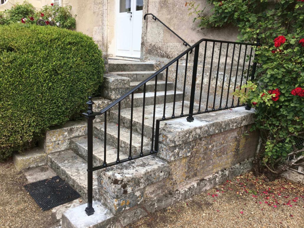 Le client souhaitait sécuriser sa montée d'escalier. Nous lui avons donc proposé une rampe sur mesure suivant son envie esthétique. Cela donne une rampe sécurisante s'intégrant parfaitement à l'entrée de cette maison avec sa petite main-courante qui donne du charme à l'ensemble. #Rampe, garde-corps et main-courante sur escalier béton pour sécuriser la descente et la montée de l'escalier #Rampe en continue #Boule de départ d'escalier #Rampe acier #Fabrication dans notre atelier #Installation par notre propre équipe de pose #Couleur noir #Aspect léger #Sur-mesure #Pour un particulier à Château Renault #Pour particulier ou professionnel