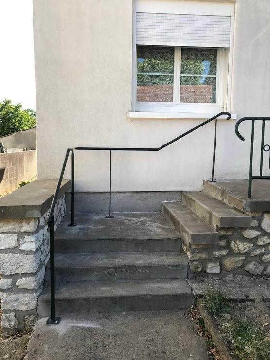 Rampe sur escalier béton pour sécuriser la descente et la montée de l'escalier. Rampe en continue. Rampe acier. Fabrication dans notre atelier. Installation par notre propre équipe de pose. Couleur noir texturé. Aspect moderne et léger. Sur-mesure. Pour un particulier à Blois (41). Pour particulier ou professionnel. Le client souhaitait sécuriser et accessibiliser son escalier. Le client est tombé plusieurs fois de l'escalier sans pouvoir se retenir par une maincourante ou une rampe. Nous lui avons proposé une main-courante en contini dans son escalier pour lui permettre de pouvoir se retenir et de ne pas avoir d'arrêt dans la descente de l'escalier.