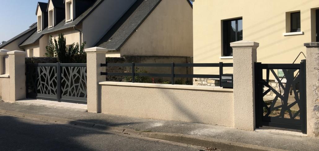 Le client souhaitait un portail original. Il a aimé le portail aluminium avec découpe laser en gris anthracite. Nous lui avons installé l'ensemble portail coulissant, portillon et clôture. #portailaluminium #portailsurmesure #potailgrisanthracite #portail coulissant #portailmanuel #particulier à Vendôme #installationparnotrepropreéquipedepose